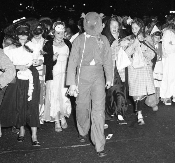 24 Scary Vintage Halloween Pics