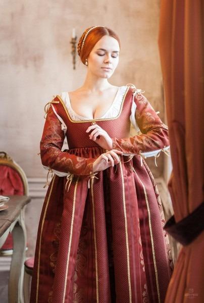 Renaissance Red Woman Dress Italian Fashion 15th Beginning 16th