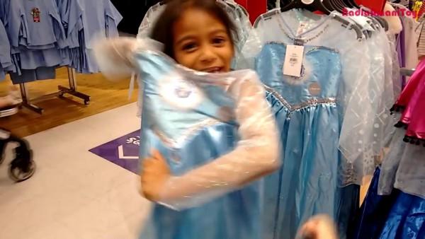 Amazing Little Girls Go Shopping For Frozen Elsa & Anna Costume