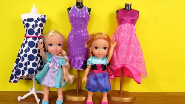 Shopping ! Elsa And Anna Toddlers At Clothing Store