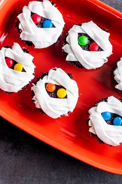 How To Make The Cutest And Easiest Mummy Cupcakes For Halloween